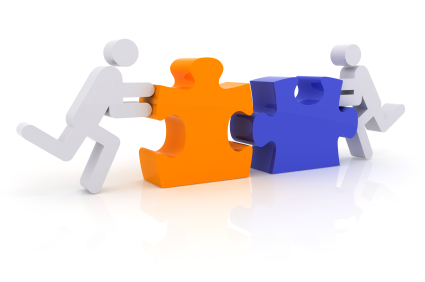 due omini che collegano due pezzi di un puzzle